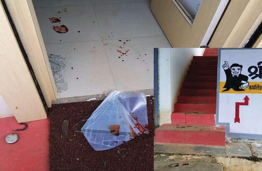 बीती रात लहूलुहान चोर ने चोरी को दिया अंजाम, दो जगह टूटा ताला