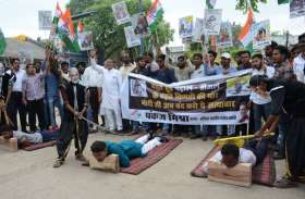 रायपुर में कांग्रेस पार्टी ने पेट्रोल के दाम में हो रही मूल वृद्धि पर सरकार के ख़िलाफ नारे लगाए