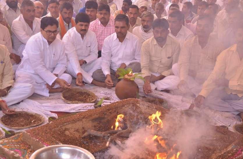 सपा के दिवगंत नेता दर्शन सिंह यादव की आत्मा की शांति के लिए कराया गया हवन