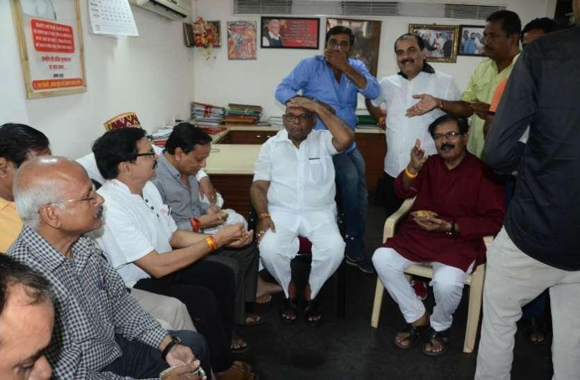 मुरैना सांसद मिश्रा ने प्रदर्शनकारियों को खिलाए समोसे, धिक्कार पत्र भी लिया