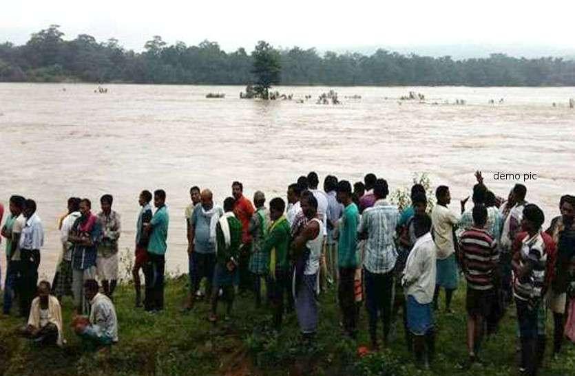 इंद्रावती नदी में नाव पलटने से एक मासूम और 4 महिलाएं बहे, 9 लोग तैरकर बाहर निकले
