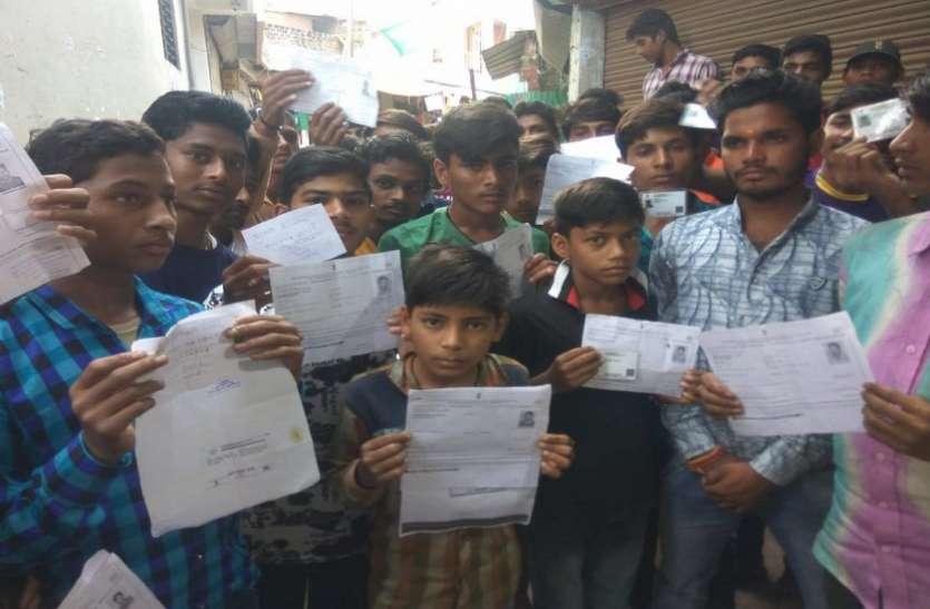 मुफ्त में बनने वाले आधारकार्ड के लोगों से वसूले जा रहे दो सौ रुपए