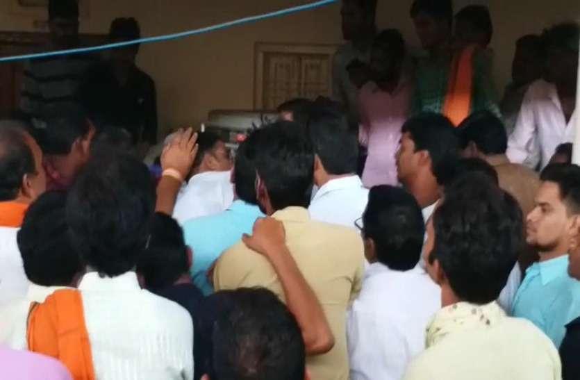 Video Gallery : जुदेव सर्मथकों ने अपने ही पार्टी के वरिष्ठ कार्यकर्ता को पीटा