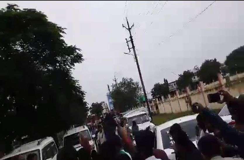 video मध्यप्रदेश में इस सांसद को दिखाए करणी सेना ने काले झंडे, करणी सेना का विरोध जारी