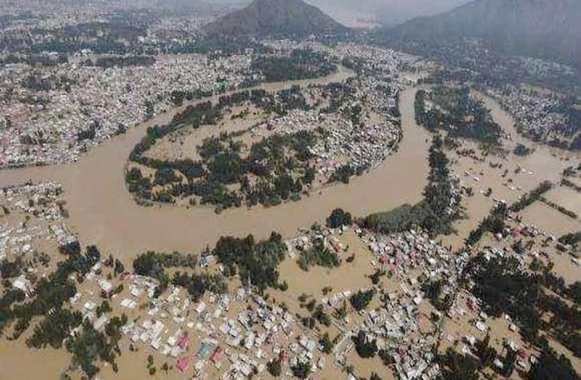 केरल बाढ़ पीड़ितों की मदद करने के इन युवाओं ने बढ़ाया हाथ, खुद वहां जाकर बांट रहे लोगों का दुख-दर्द