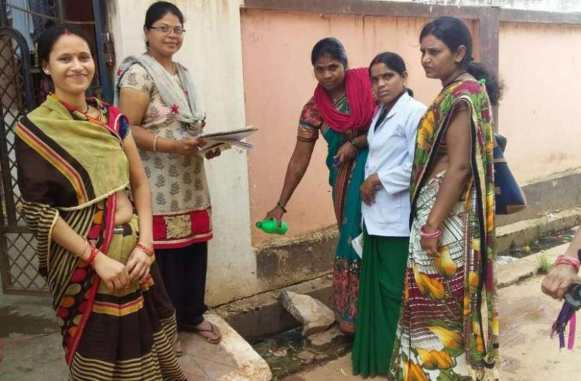 डेंगू से बचाने घर-घर दे रहे दस्तक