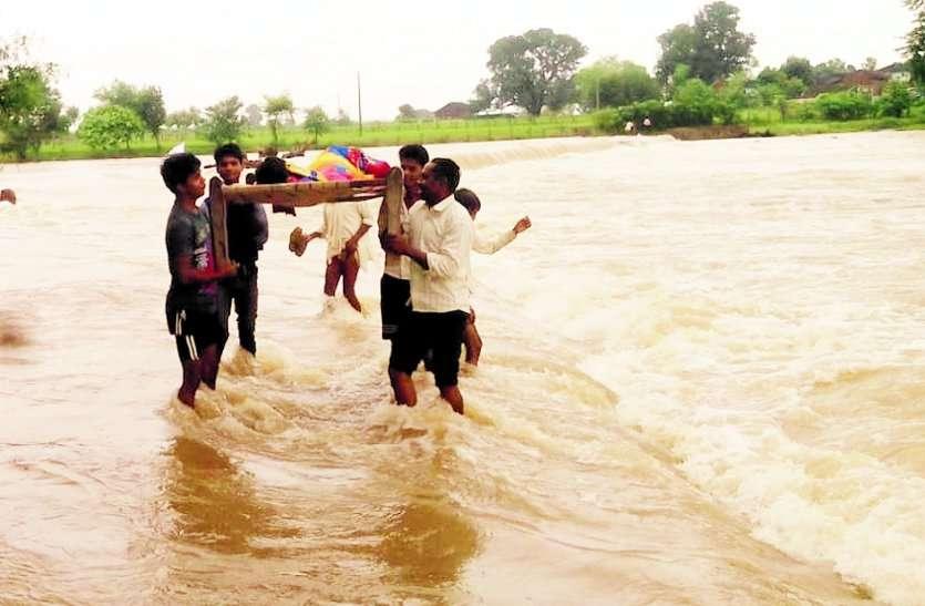 भीषण बारिश: बारिश से हाहाकार, नदियां उफान पर, नाले में बहा किशोर, 36 को सेना ने बचाया