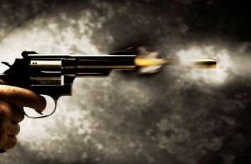 रोड पर आपस में भिड़े पति-पत्नी, चली गोली, एक महिला हुई घायल