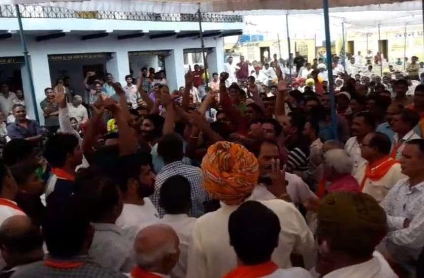 सम्मान समारोह में नेताओं को ना बुलाना पड़ा महंगा, समर्थकों ने जमकर मचाया उत्पात, कुर्सियां फेंक किया हंगामा