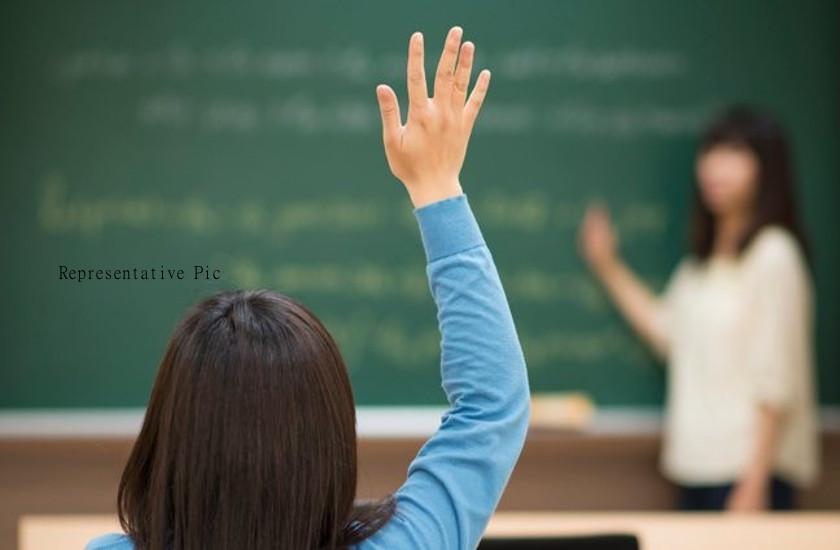टीचर बोली मुझे पढ़ाते नहीं आता, गाइड से पढ़ लो