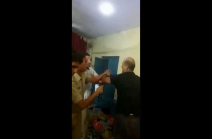 पुलिस चौकी में मारपीट का वीडियो वायरल,वजह कर देगी आपको हैरान