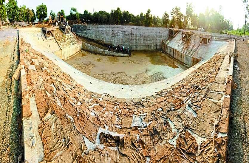 दो सालों से बन रहा कुंड अब तक नहीं हुआ पूरा, अधभरे तालाबों में होगा गणपति का विसर्जन