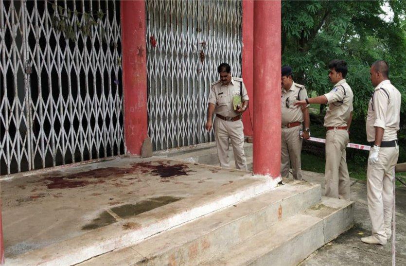 मंदिर के मुख्य द्वार पर व्यक्ति की निर्मम हत्या, क्षेत्र में फैली सनसनी