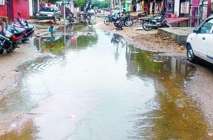 वार्ड-44: लोगों को हो रही परेशानी, नालियां जाम, सड़कों पर बह रहा पानी