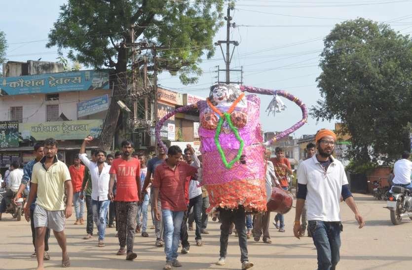 घेऊन जा री नारबोद के साथ मनाया मारबत पर्व जर्जर सड़क को लेकर निकला मारबत का पुतला