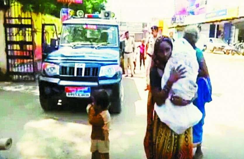 MP पुलिस की मर गई संवेदना: पुलिस वाहन में नहीं बैठाया तो मृत बच्चे को सीने से लगाए पैदल मर्चुरी पहुंची मां