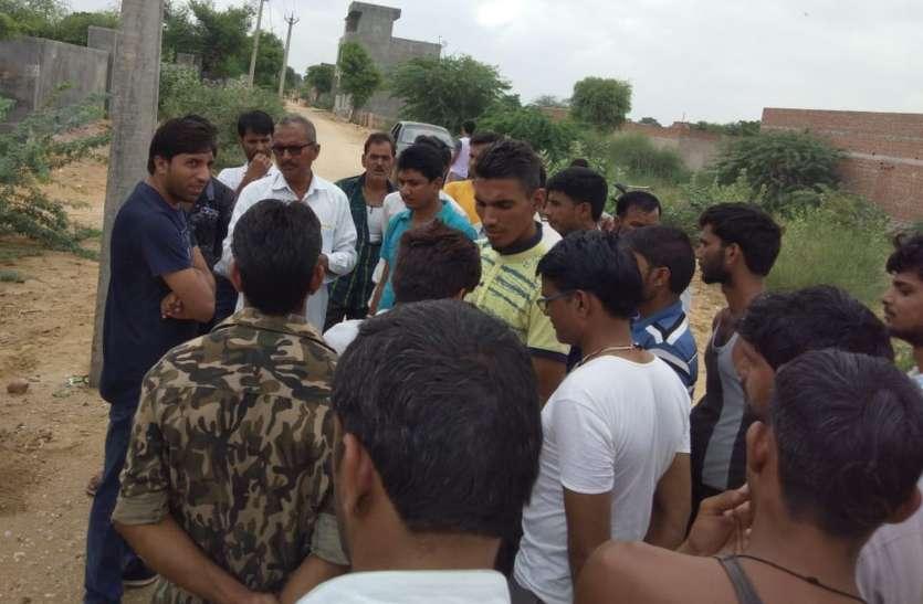 बिजली के टूटे तार के करंट से गाय की मौत पर लोगो ने किया प्रदर्शन