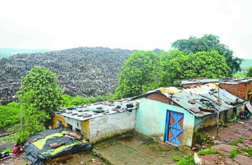 अमावनी में घरों से बड़े हो गए कचरा के ढेर, सांस लेना दूभर