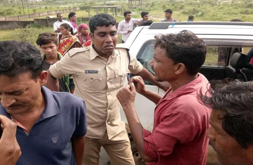 पिकअप सवार ग्रामीणों को कार से ओवरटेक कर तीन सिपाहियों ने रोका, ड्राइवर को पीटा, मांगे 10 हजार रुपए