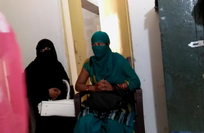 होटल में पुलिस की पड़ी रेड तो युवक-युवतियों में ऐसे मची भगदड़, देखें वीडियो