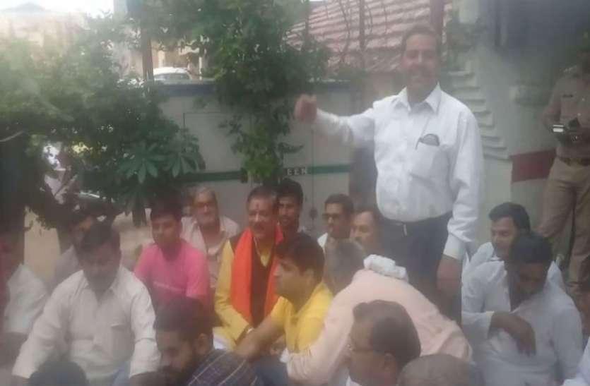 अपनी ही सरकार में भाजपा विधायक थाने में बैठे धरने पर, बोले- बिना रिश्वत दिए नहीं सुनती पुलिस