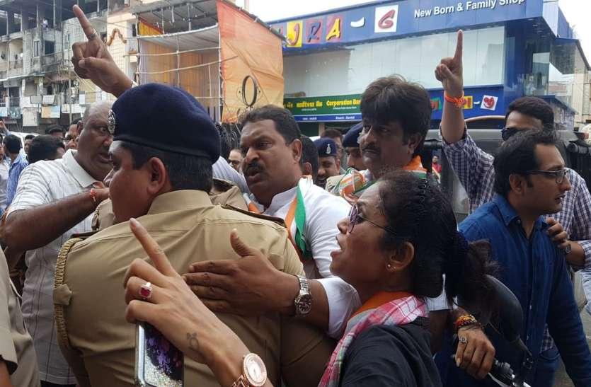 पुलिस ने दर्जनों कांग्रेस कार्यकर्ताओं को किया गिरफ्तार
