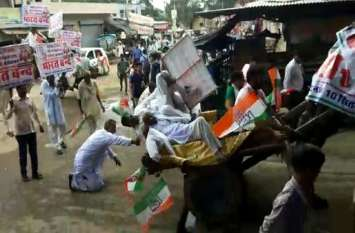अलवर के मुंडावर में विरोध के दौरान ऊंटगाड़ी पर सवार कांग्रेसी नेता गिरे, देखें एक्सक्लूसिव वीडियो