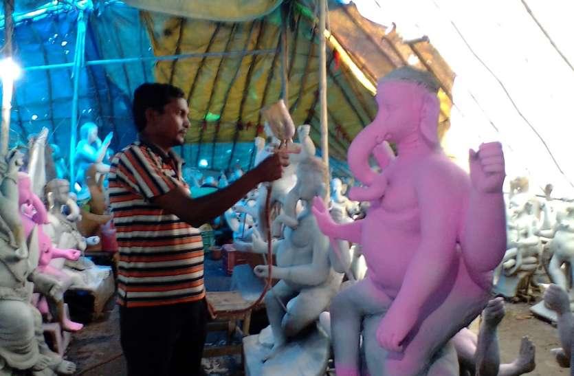 मूर्तिकार भगवान श्रीगणेश की प्रतिमा को दे रहे आकार