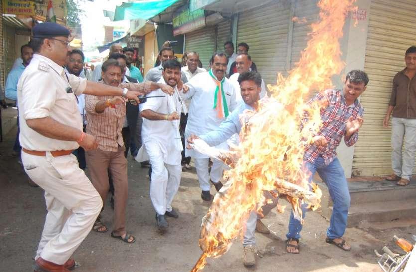 कांग्रेस के बंद का मिलाजुला असर रहा, घंटाघर चौक पर प्रधानमंत्री का पुतला जलाया