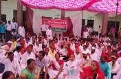 समाजवादी पार्टी ने दिया धरना, केंद्र सरकार की नीतियों को कोसा