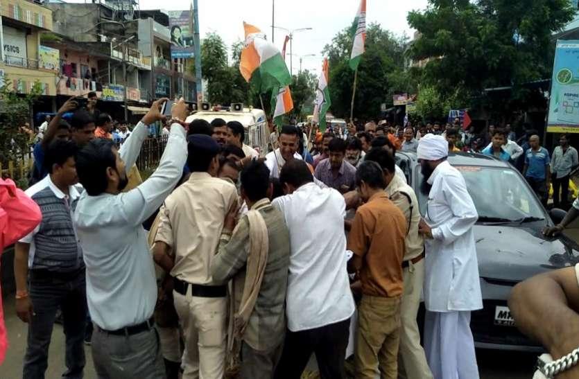 पेटलावद में प्रदर्शन के दौरान पुलिस व कार्यकर्ताओं में झड़प