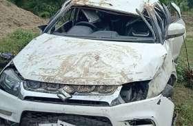 कार डिवाइडर से टकराकर पलटी, दो युवकों की मौत