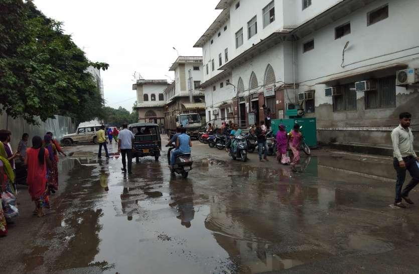 यहां बदहाल सड़काेें व पार्किंग खामियों से आहत हो रहा मरीज स्वास्थ्य...महाराणा भूपाल चिकित्सालय परिसर में बढ़ी परेशानी..