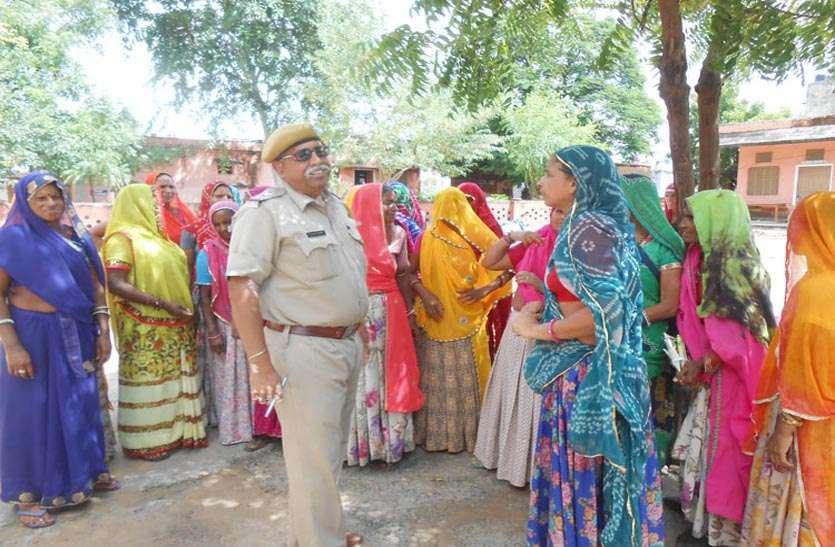मालपुरा में गिरफ्तारियों को लेकर महिलाओं ने फिर किया थाने में प्रदर्शन, पुलिस पर डराना व धमकाने का आरोप लगाया