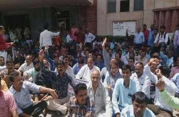 मंत्रालय के बाहर कर्मचारियों का प्रदर्शन, सरकार के खिलाफ की नारेबाजी