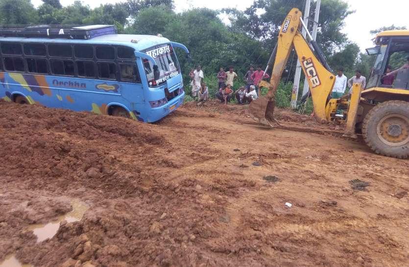 दलदल हुई मोहनगढ़-पृथ्वीपुर सड़क, 5 माह में 5 फीसदी पूरा नहीं कर पाई कम्पनी काम