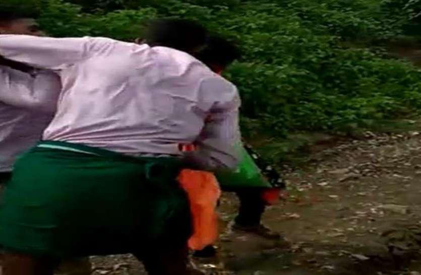 बीच रास्ते जबरन महिला को पकड़ा, फिर फाड़ने लगे कपड़े और बनाते रहे वीडियो, हुआ वायरल