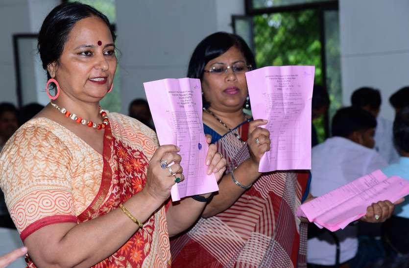 134 छात्राओं को नहीं आया वोट डालना, किसी ने अगूंठा  लगाया तो किसी ने लिखा नोटा