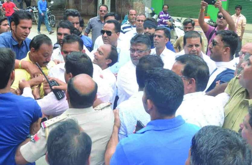 कांग्रेस कार्यकर्ताओं में दिन में हाथापाई... फिर रजामंदी, रात को फिर मारपीट