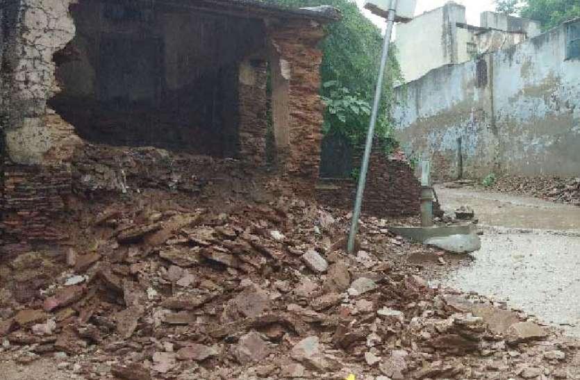 पुराने पटवार घर की दीवार ढही.टलाबड़ा हादसा