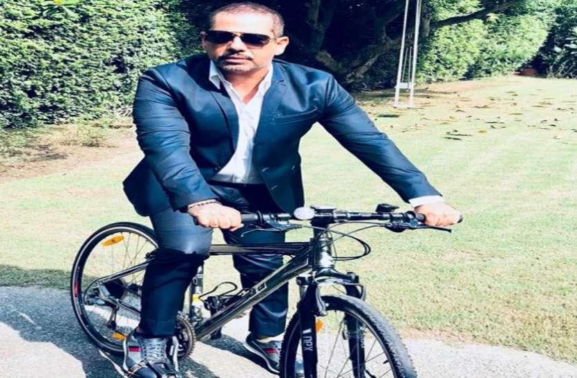 रॉबर्ट वाड्रा ने महंगे पेट्रोल पर मोदी सरकार को घेरते हुए फेसबुक पर पोस्ट की साइकिल सवार फोटो