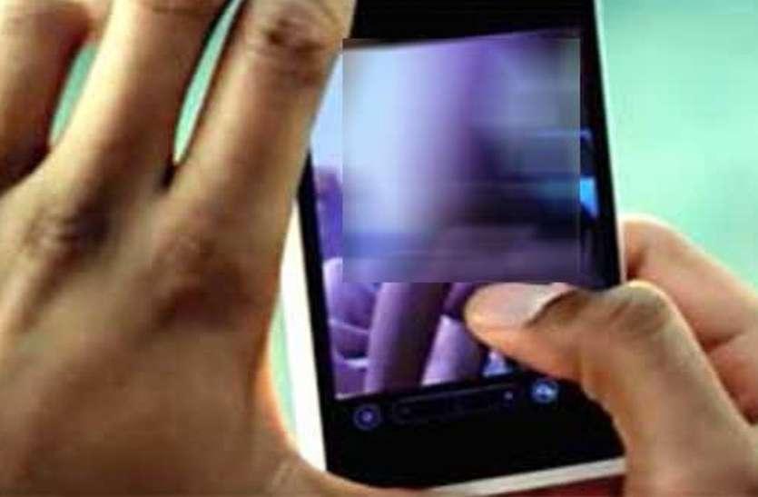लैपटॉप लेने गई छात्रा का युवक ने बना लिया ऐसा वीडियो, अब सहेली की तलाश कर रही पुलिस