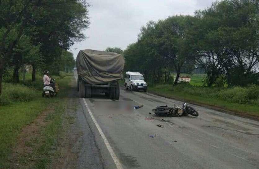 ड्यूटी जा रहे युवक के सामने से तेज रफ्तार में आई मौत, पहिए से कुचलकर सिर के हो गए टुकड़े