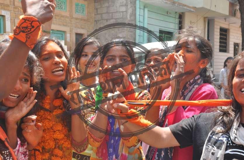 छात्रसंघ चुनाव 2018: कार्यालय में खेली होली, जीत की खुशी