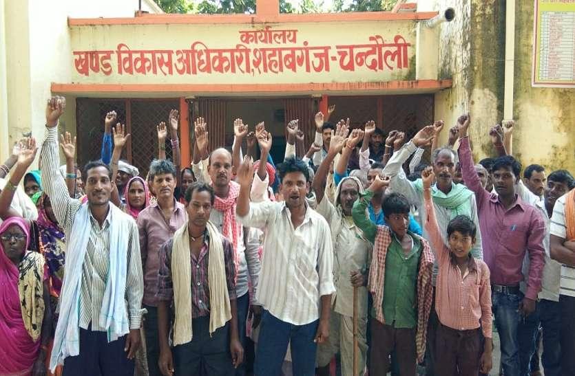 शौचालय निर्माण के बगैर ही गांव को किया ODF घोषित, ग्रामीणों ने ब्लॉक कार्यालय पर जड़ा ताला