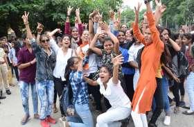 उदयपुर केे मीरा गर्ल्स कॉलेज के बाहर ऐतिहासिक जश्न और उत्सव का माहौल के बीच भिड़ीं छात्राएं..देखें तस्वीरें