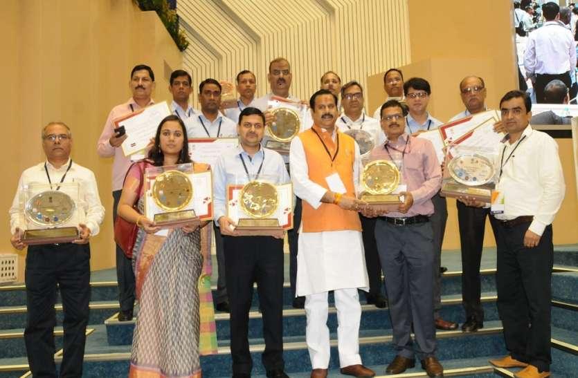 ग्राम्य विकास विभाग को पीएमआवास योजना के लिए देश में पहला स्थान, मंत्री महेन्द्र सिंह को पुरस्कार