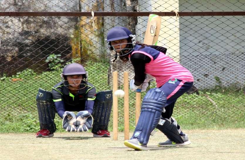दिग्गजों को दे सकें चुनौती इसलिए प्रदेश की 25 महिला क्रिकेटर दुर्ग में बहा रहीं पसीना