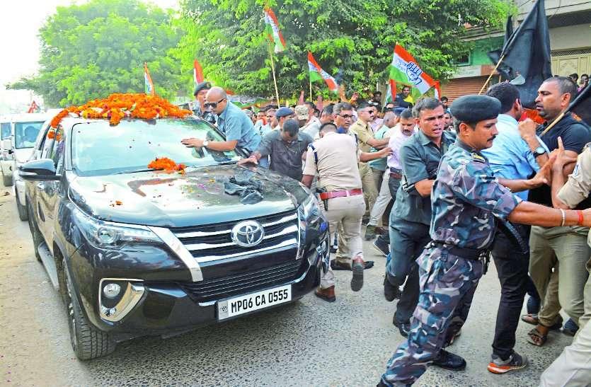 बड़ी खबर : कमलनाथ को दिखाए काले झंडे, चूडिय़ां फेंकी,देखे वीडियो