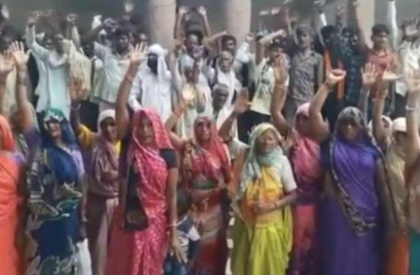 कोटेदार के खिलाफ ग्रामीणों का प्रदर्शन, डीएम को सौंपा ज्ञापन